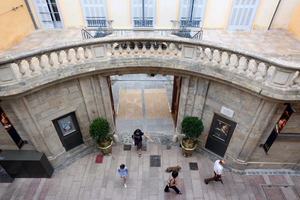 French Mayor Opens His City's Museums, Going Against National Covid Guidelines