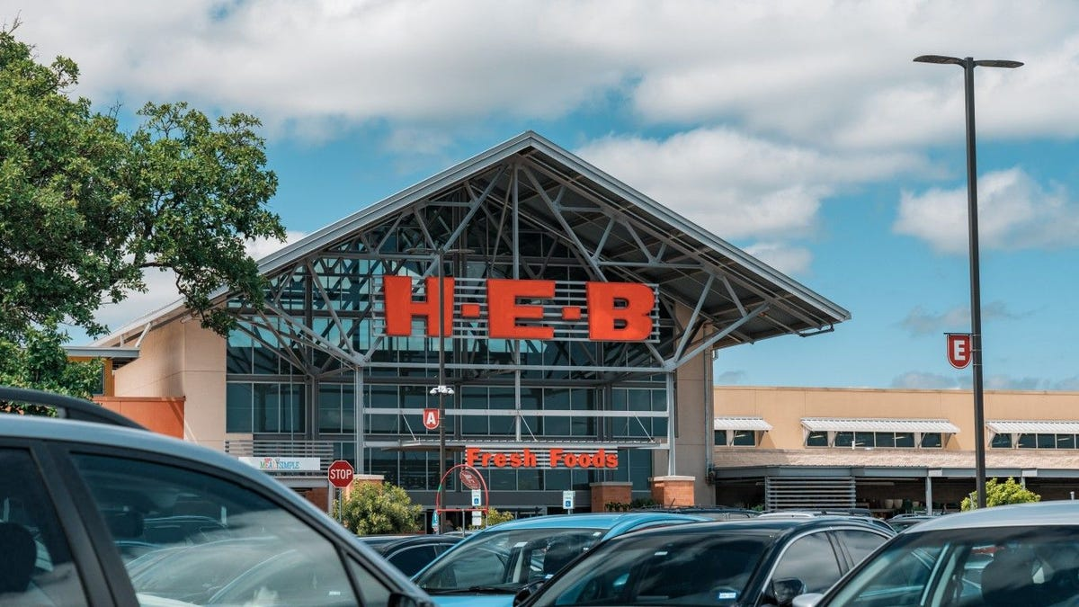 When a busy H-E-B lost power, store told Texans gathering supplies to 'go ahead' without paying
